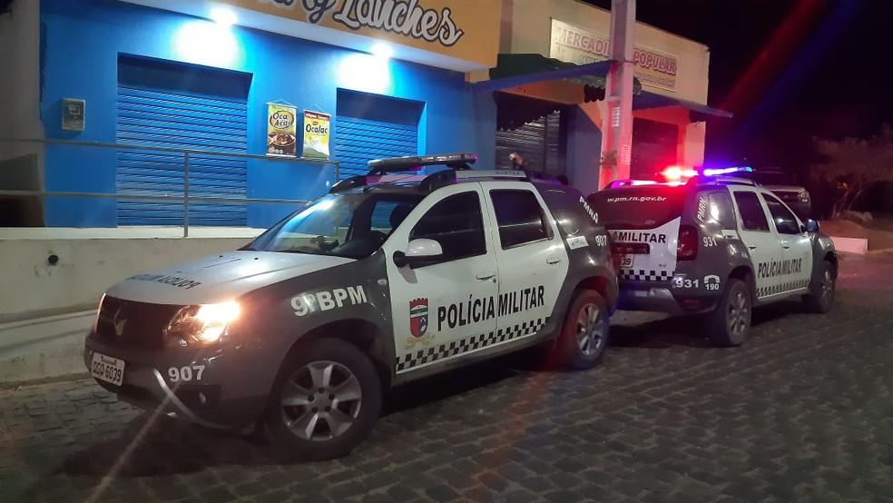 Homem foi morto a tiros e teve os dedos da mão decepados em Natal — Foto: Sérgio Henrique Santos/Inter TV Cabugi