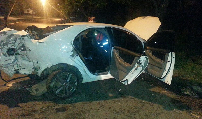 Carro bate em poste e deixa duas pessoas gravemente feridas na BR-267
