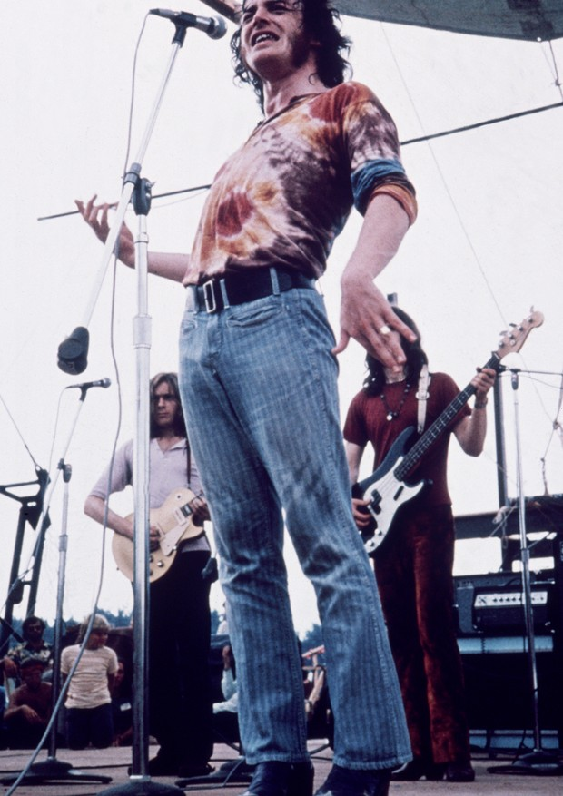August 1969:  Full-length portrait of English singer Joe Cocker, wearing a tie-dyed shirt and blue jeans, performing at the Woodstock Music Festival in Bethel, New York.  (Photo by Fotos International/Getty Images) (Foto: Getty Images)