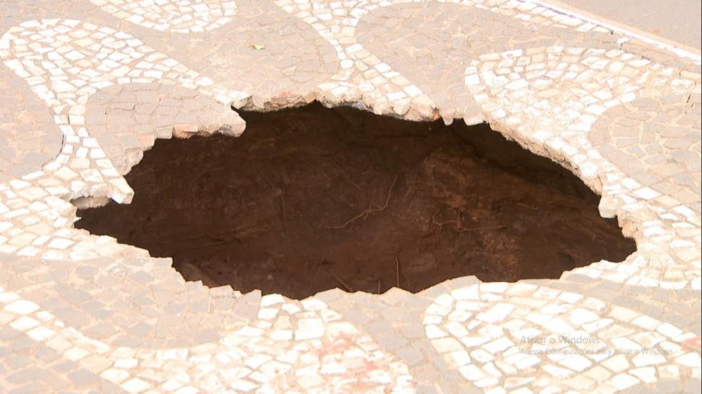 Buraco se abriu na calçada da Avenida Getúlio Vargas em Uberlândia — Foto: Reprodução/TV Integração