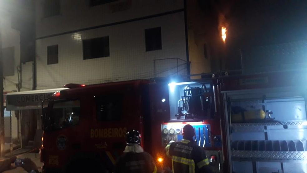 Incêndio atingiu apartamento de prédio residencial, no bairro do Bongi, na Zona Oeste do Recife, na noite desta segunda-feira (26) — Foto: Marlon Costa/ Pernambuco Press