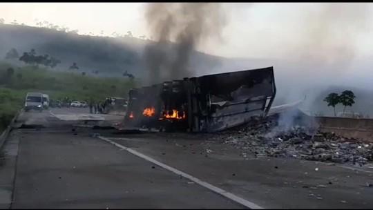 Motorista fica ferido após caminhão carregado com vodka tombar em São Miguel dos Campos, AL