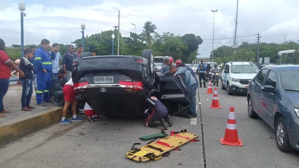 Capotamento aconteceu no sentido Bairro do Recife da Avenida Engenheiro José Estelita — Foto: Everaldo Silva/TV Globo
