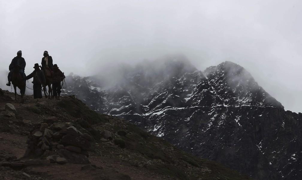 Situada na Cordilheira do Vilcanota, a montanha fica a 5,2 mil metros acima do nível do mar, no distrito de Pitumarca, no Peru — Foto: Martin Mejia/AP