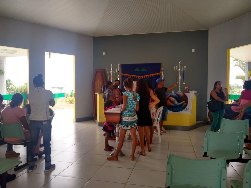 Familiares e amigos no velório da adolescente Verônica Menezes, nesta sexta (6) — Foto: Quésia Melo/Rede Amazônica Acre
