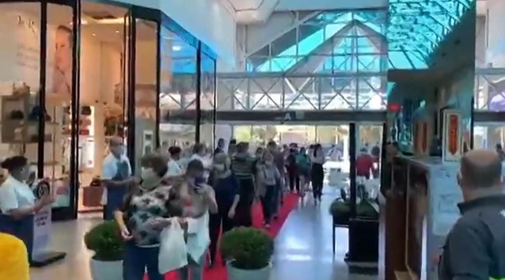 Shopping de Blumenau tem aglomeração na reabertura após quarentena — Foto: Reprodução