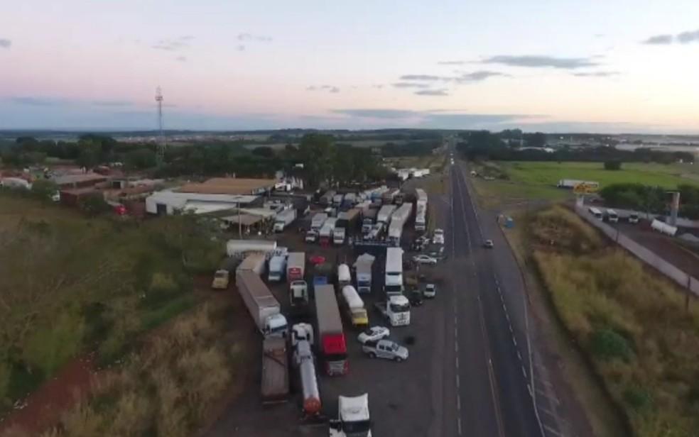 Ponto de protesto de caminhoneiros às margens da BR-050, em Goiás (Foto: Polícia Rodoviária Federal/Divulgação)