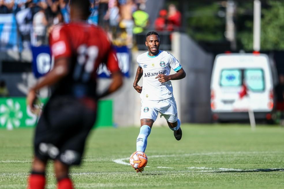 """Paulo Miranda atenua discussão com Leonardo em empate do Grêmio: """"É válida a cobrança"""""""