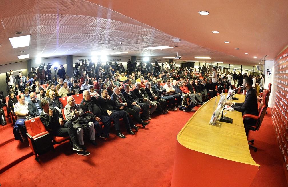 Daniel Alves responde a centenas de jornalistas no salão nobre do Morumbi — Foto: Marcos Ribolli