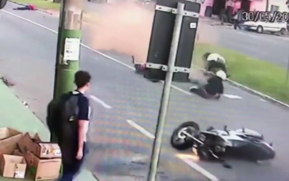 Imagem mostra estudante e os dois motociclistas caídos em avenida em Anápolis, Goiás — Foto: Reprodução/TV Anhanguera