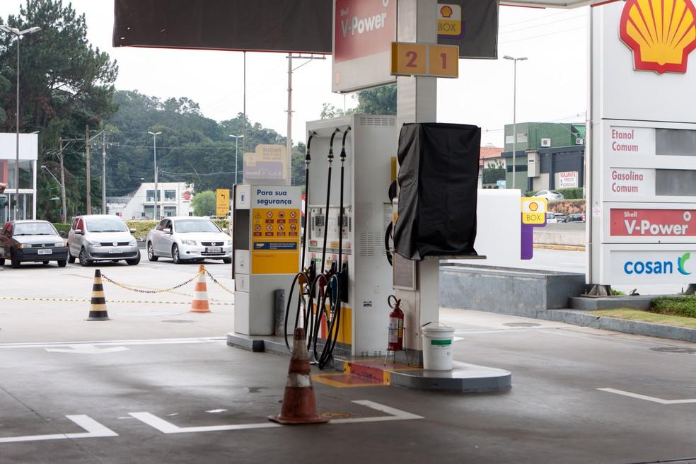 Bomba de gasolina é bloqueada em posto na rodovia Raposo Tavares, em São Paulo, pela falta de combustível (Foto: Marcelo Brandt/G1)