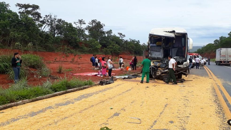 Ônibus bateu na traseira de um caminhão na BR-365, em Montes Claros — Foto: Cote Alvarenga/Inter TV