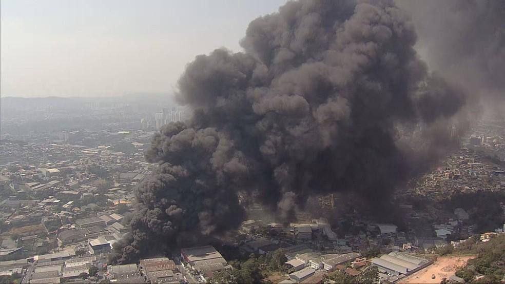 Incêndio em galpões no Jardim Califórnia, em Barueri, nesta quinta, 26 de agosto  — Foto: Reprodução/TV Globo