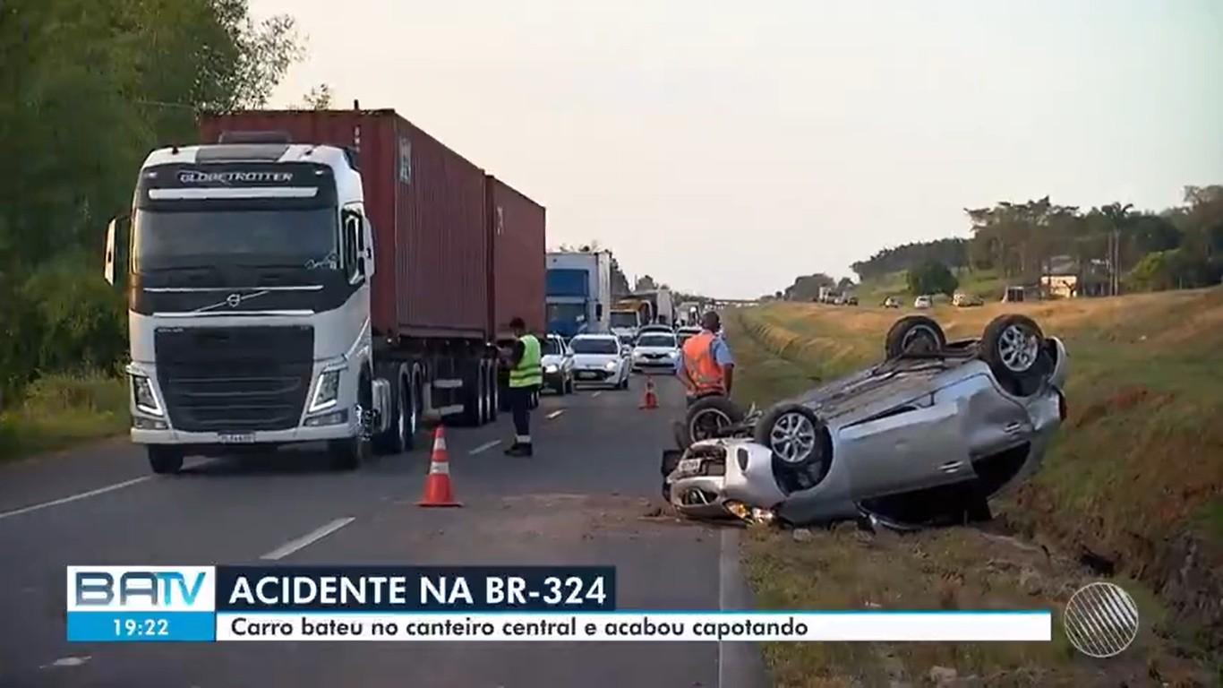 Acidente deixa duas pessoas feridas na BR-324, no trecho de Candeias; veículo capotou na rodovia