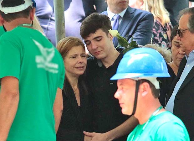 Rose Miriam e João Augusto Liberato se despedem de Gugu em enterro (Foto: Rafael Cusato/ Ed. Globo)