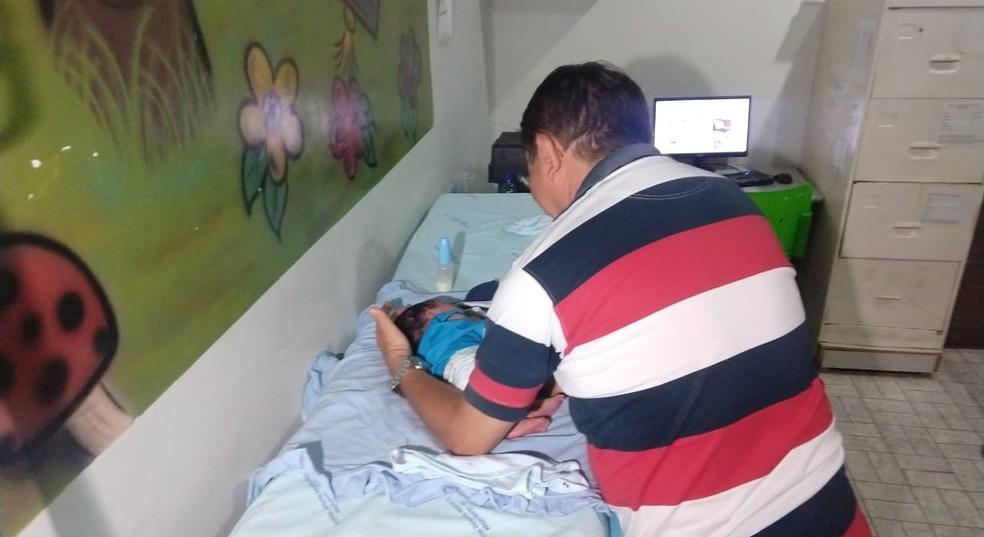 Padre encontra bebê recém-nascido em porta de igreja no distrito de Iara, em Barro, no Ceará. — Foto: Valéria Alves/ TVM Cariri