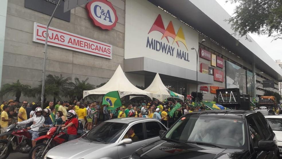 NATAL, 15h45: Manifestantes se juntaram ato em apoio ao presidente Jair Bolsonaro em frente ao Midway Mall, em Natal — Foto: Julianne Barreto/Inter TV Cabugi