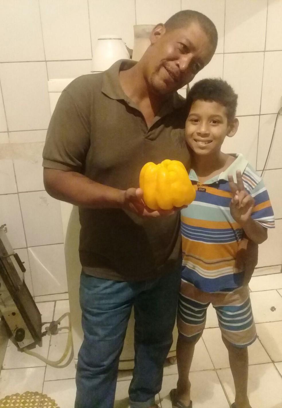 Leandro Leite e o enteado, acolhido por ele desde que nasceu. (Foto: Leandro Leite/Arquivo pessoal)