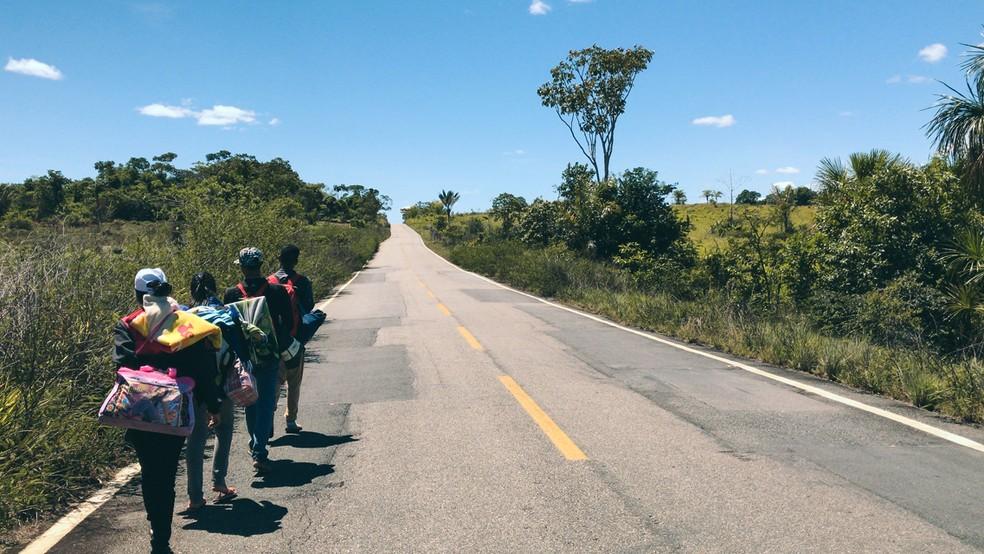 Imigrantes venezuelanos caminham para chegar a Boa Vista pela BR-174; rota é feita pelos imigrantes que não tem dinheiro para passagens (Foto: Inaê Brandão/G1 RR/Arquivo )
