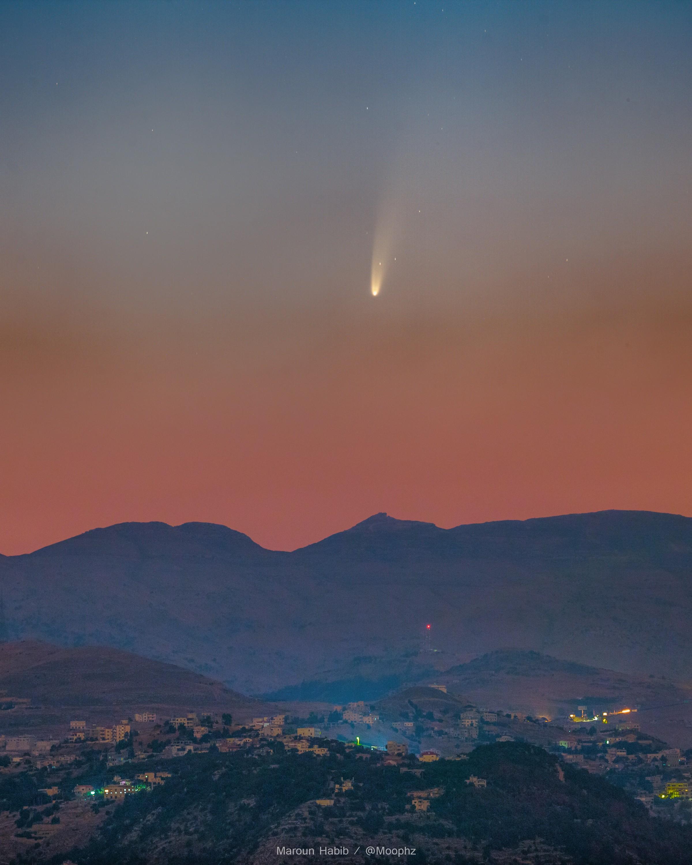 Fotografia do cometa NEOWISE capturada por Maroun Habib no Líbano (Foto: Reprodução/Nasa)