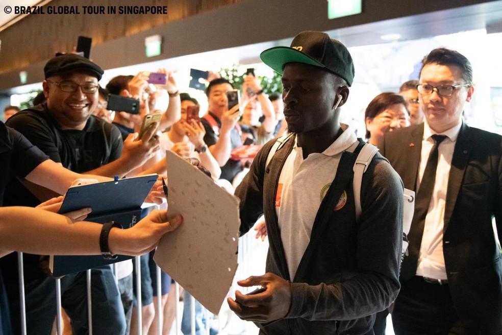 Mané na chegada da seleção senegalesa em Singapura — Foto: Reprodução/Facebook Brazil Global Tour