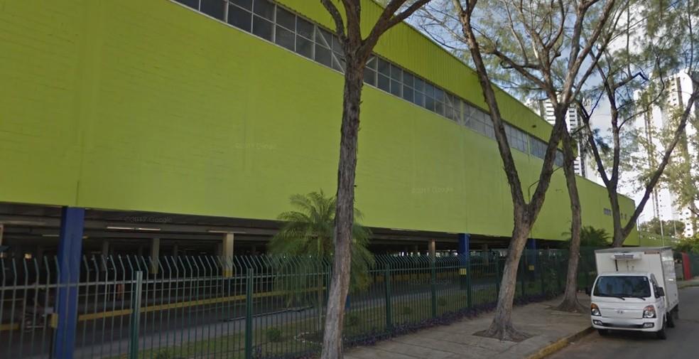 Supermercado no bairro da Torre, na Zona Oeste do Recife, registrou a ação criminosa do policial civil (Foto: Reprodução/Google Street View)