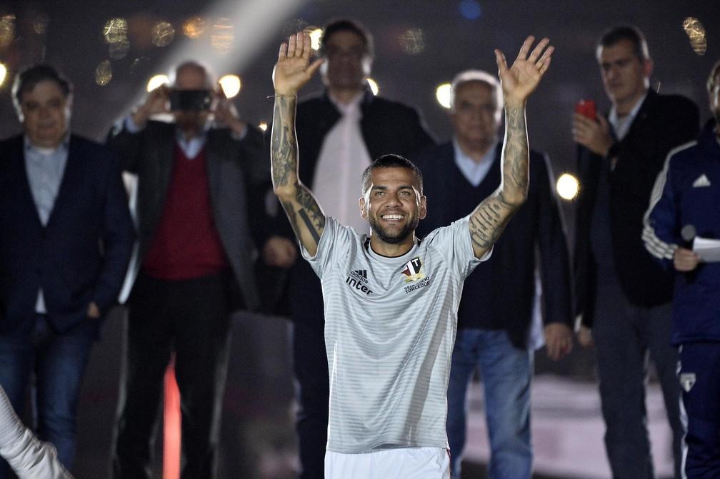 Daniel Alves acena para torcida do São Paulo e se emociona — Foto: Marcos Ribolli