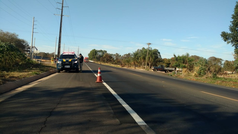 Polícia no local do acidente, na BR-163, em Campo Grande MS (Foto: Fabiano Arruda/ TV Morena)