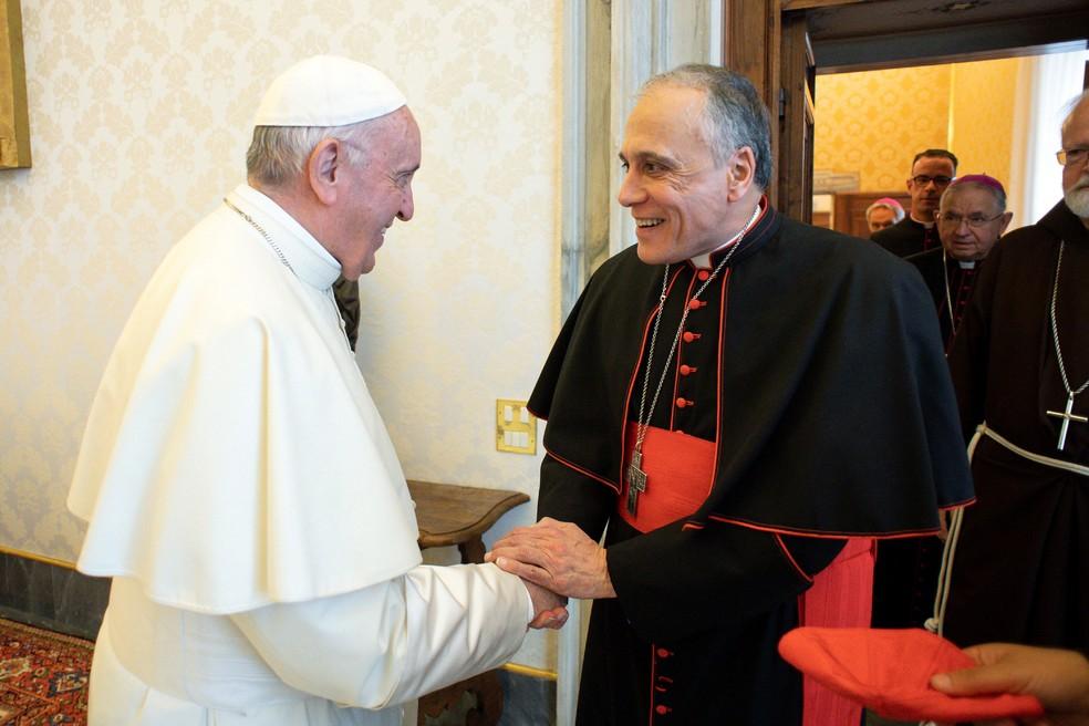 Papa Francisco aperta a mão do cardeal Daniel DiNardo, arcebispo de Galveston-Houston, durante encontro no Vaticano, em imagem de arquivo   — Foto: Vaticano Media / Divulgação via Reuters
