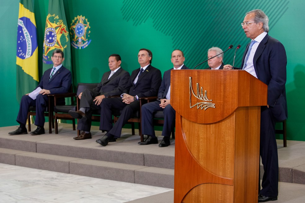 Paulo Guedes fez discurso no Palácio do Planalto, em solenidade de posse de presidentes de bancos públicos — Foto: Alan Santos/PR