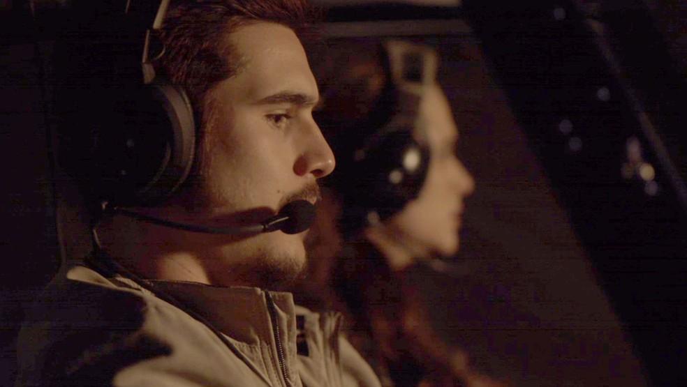 Samuca percebe que o helicóptero está perdendo altitude (Foto: Globo)