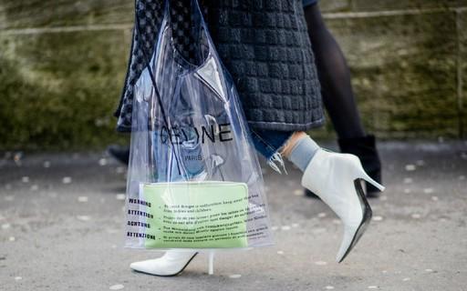 4b82c9504 Três razões pelas quais a bolsa de plástico da Céline é digna de fila de  espera no Brasil - Vogue | news