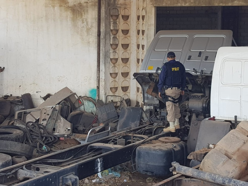 PRF apreendeu caminhões em oficina no interior do Rio Grande do Norte — Foto: Divulgação/PRF