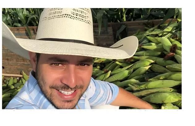 Nas redes sociais, o agricultor já mostrou cliques da lida no campo. Milho é um dos alimentos que ele planta (Foto: Reprodução)