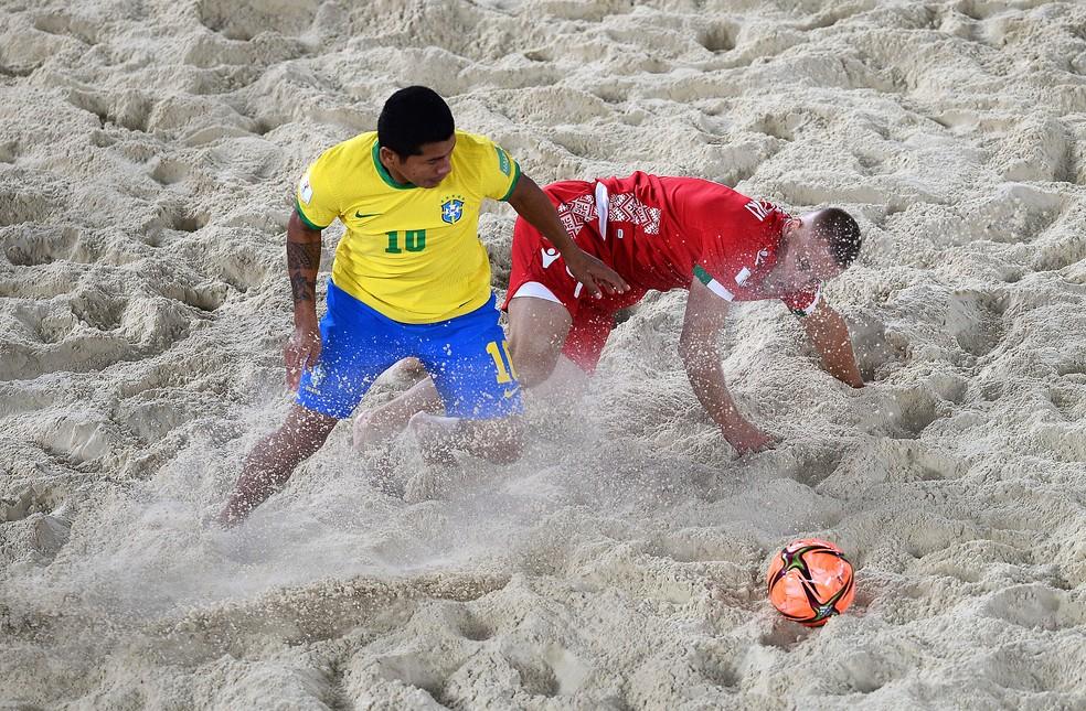 Datinha disputa bola com defensor bielorrusso — Foto: Octavio Passos/FIFA