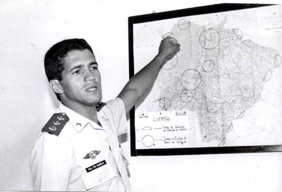 O coronel Ângelo Rabelo, durante planejamento de operação contra coureiros no Paraguai, na década de 1980 — Foto: Arquivo pessoal/Ângelo Rabelo