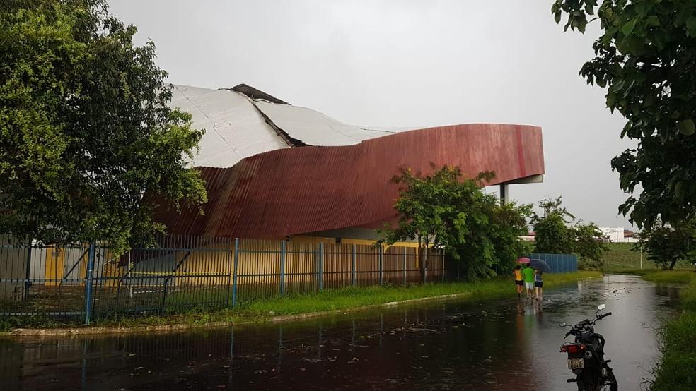 Teto do Ginásio Castelinho desabou no início da tarde desta quarta-feira (6) em São Luís. — Foto: Bruno Alves / G1 MA