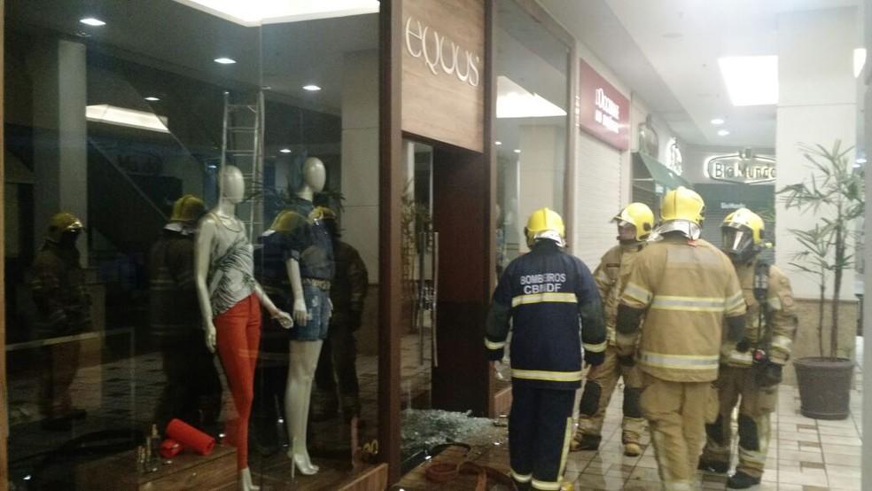 Bombeiros em frente à loja que pegou fogo em shopping do DF (Foto: Corpo de Bombeiros/Divulgação)