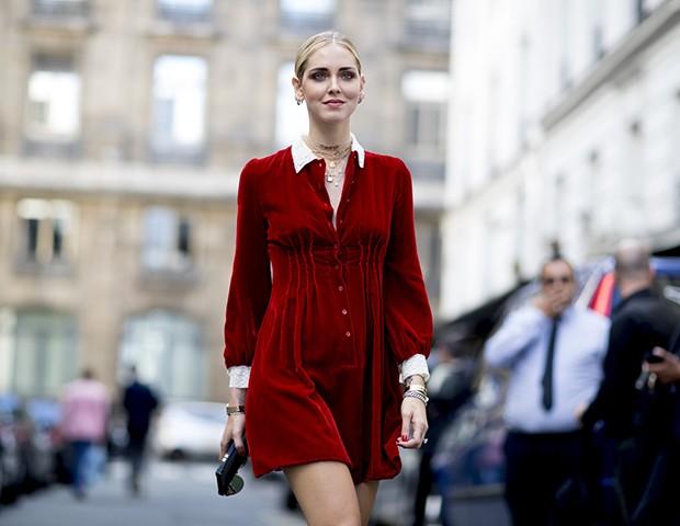 Vestidos de veludo continuam como uma tendência na moda (Foto: Imaxtree)