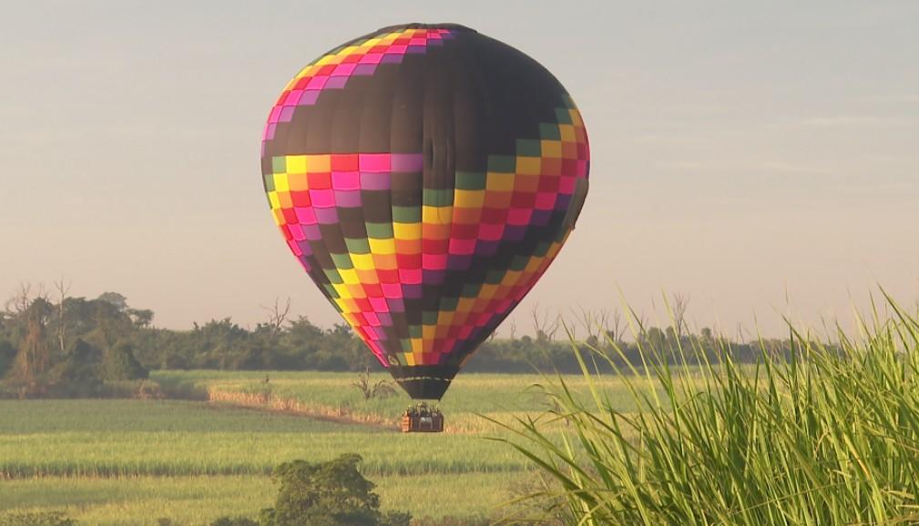 A bordo de balão, professores e alunos lançam sementes para reflorestar Morro Agudo, SP