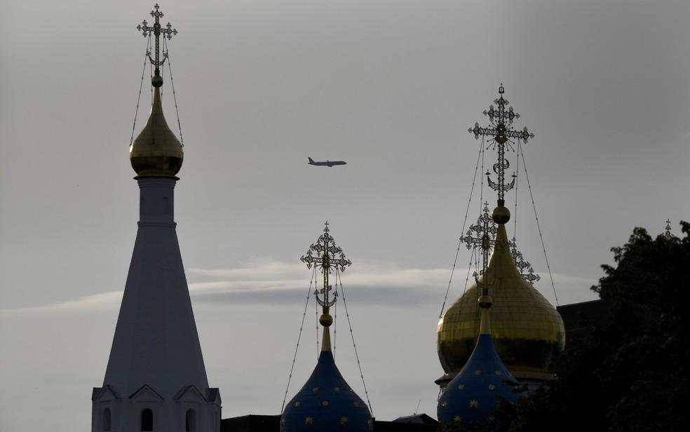 Avião sobrevoa Dedovsk, na região de Moscou, na quinta-feira (14)  (Foto: Yuri Cortez / AFP)