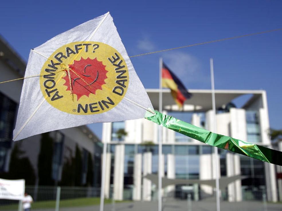 """Pipa com a inscrição """"Energia nuclear? Não, obrigado"""" reforça protesto de ativistas contra a energia nuclear no país. — Foto: Michael Sohn / AP Photo"""