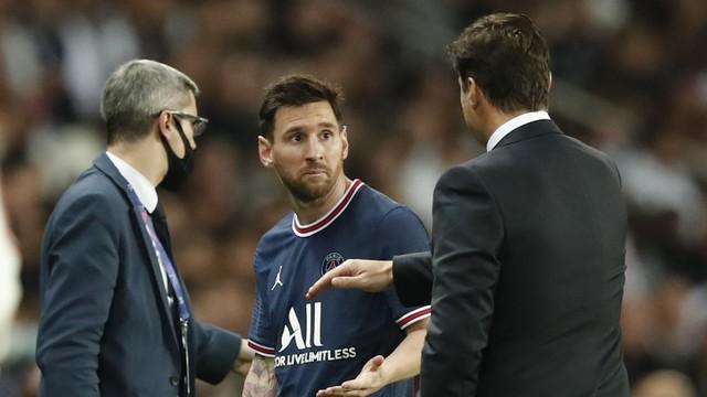Messi cumprimenta Mauricio Pochettino ao ser substituído em PSG x Lyon
