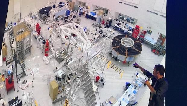 Laboratório limpo do JPL é tão grande que fica difícil ver que há mais de 20 pessoas na imagem (Foto: Patrícia Basilio/ Época NEGÓCIOS)