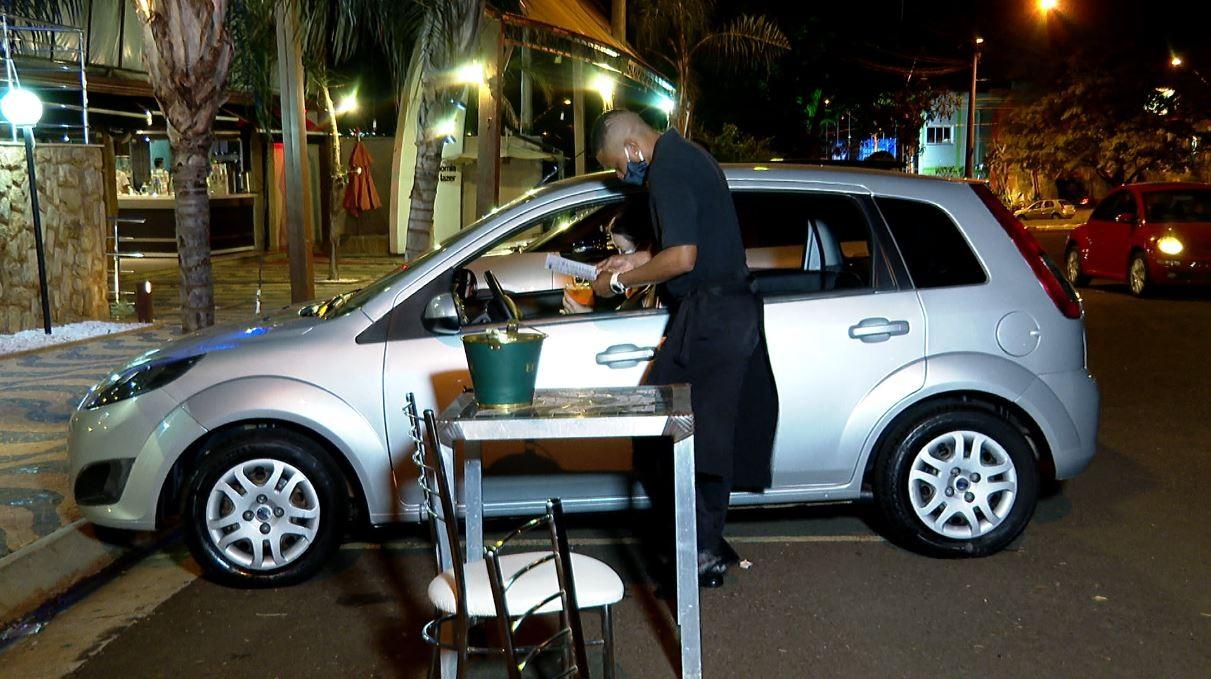 Para driblar a crise causada pela Covid-19, bar atende clientes dentro do carro em Ribeirão Preto
