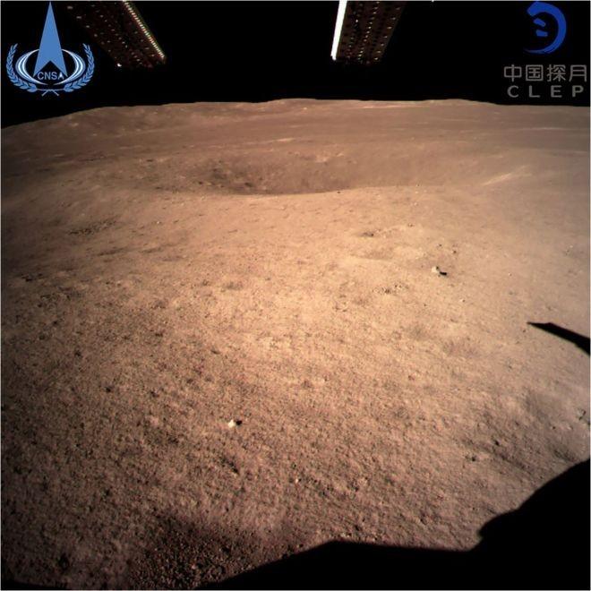 As primeiras imagens de perto do lado escuro da Lua (Foto: CNSA/AFP via BBC )