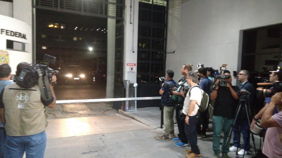 Jornalistas esperam carro com Temer sair da PF — Foto: Nicolás Satriano/G1