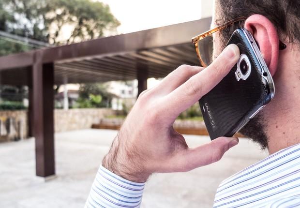 Homem utiliza smartphone ; telefone celular ; celulares ; telefonia móvel ;  (Foto: Rafael Neddermeyer/Fotos Públicas)