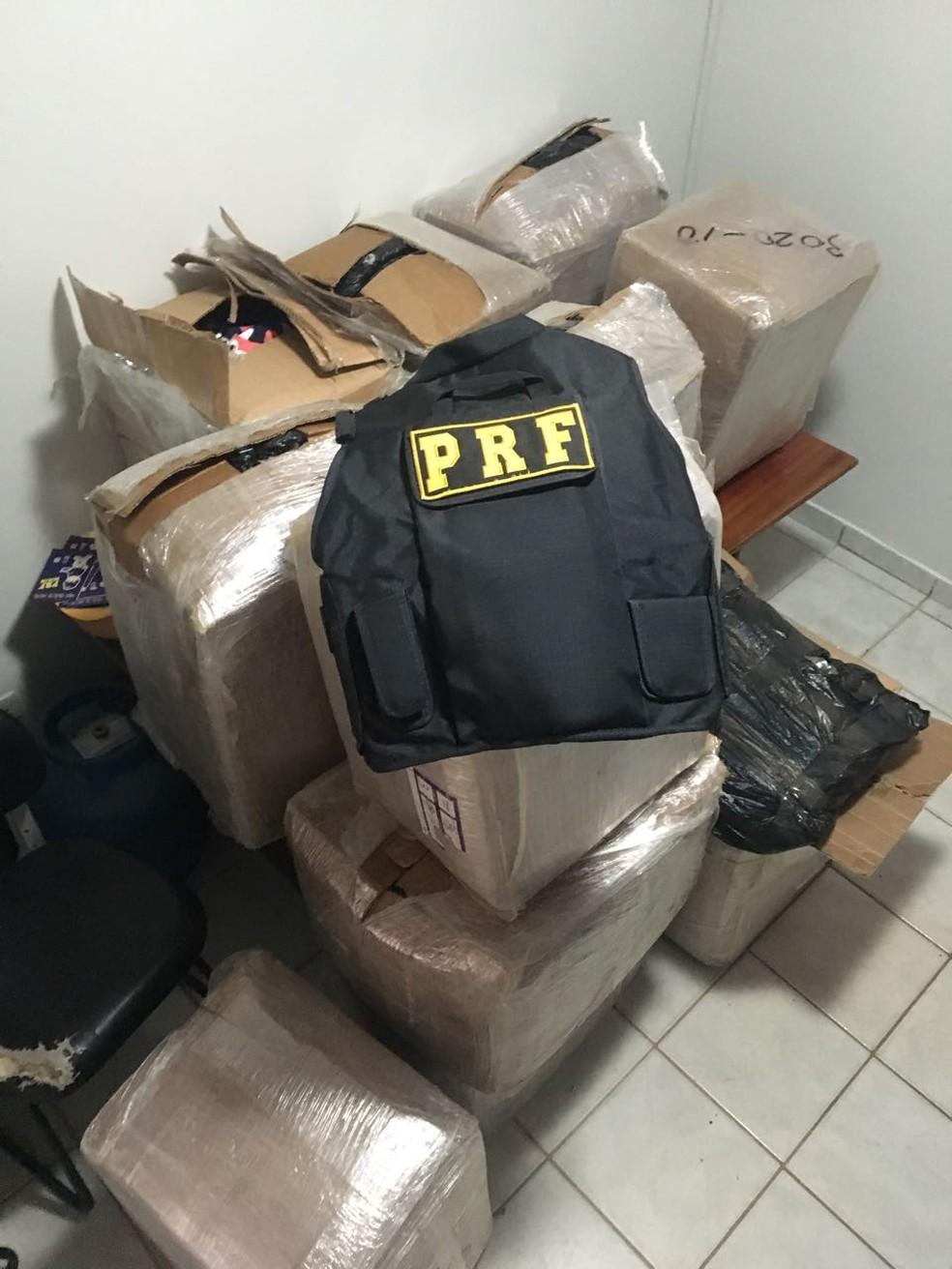 Camisas foram seriam entregues em São Paulo (Foto: Divulgação/PRF-AC)