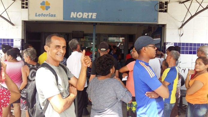 Apostadores fizeram filas nas casas lotéricas do Recife, no sábado (11) — Foto: Robson batista/TV Globo